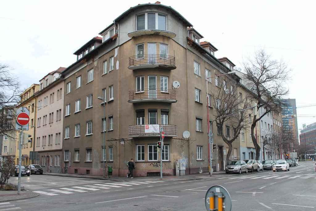 Predané Predaj exkluzívneho 3,5 izb. bytu,v centre, ulica Dostojevského rad v Bratislave, vedľa Jakubovho námestia, 94m2, kompletne zariadený-0