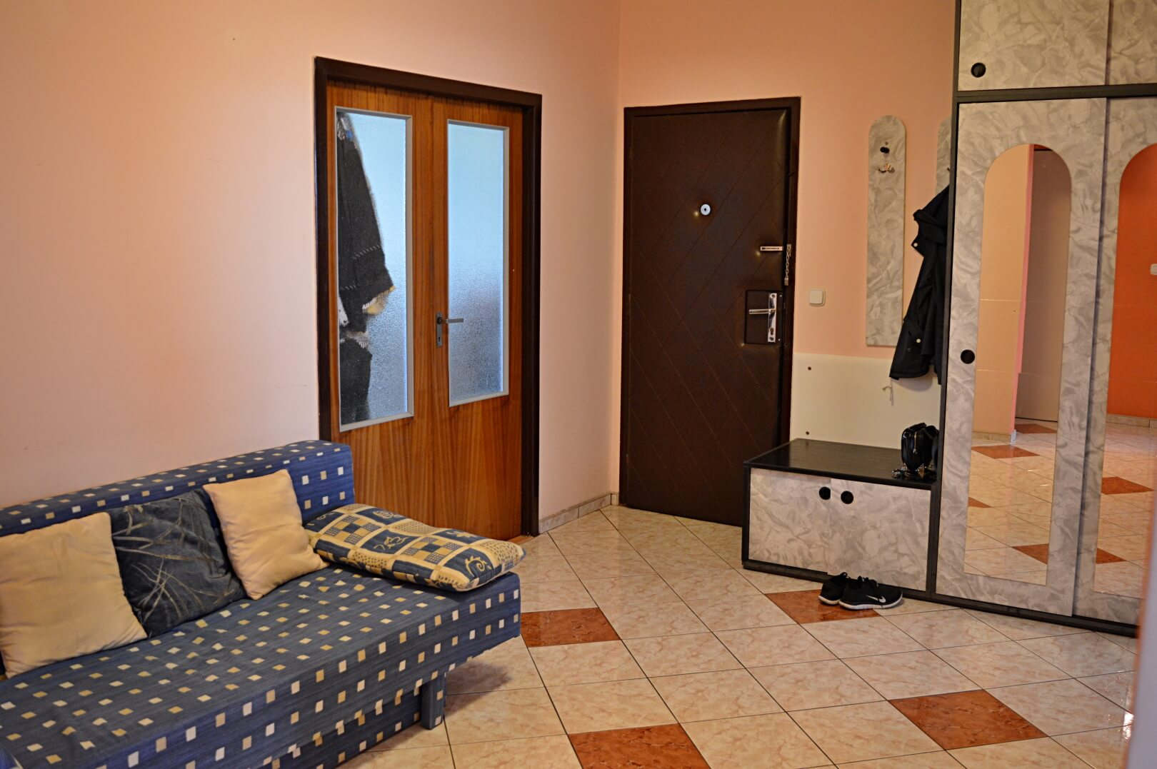 Predané-  zrekonštruovaný zariadený 4 izbový byt v príjemnej lokalite Petržalky na Holíčskej-3
