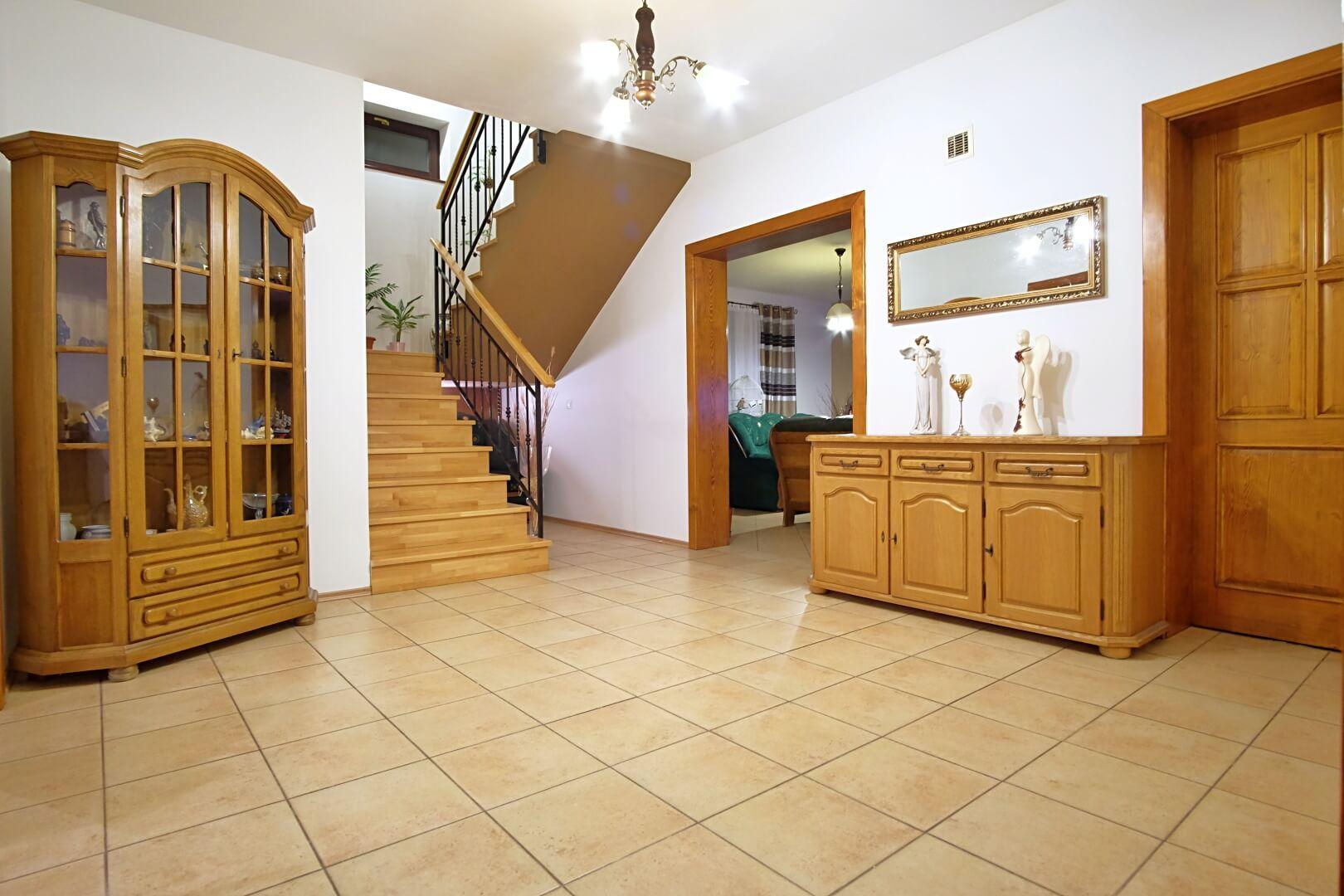 Predané: Na predaj 6-izbový rodinný dom vo vilovej štvrti v Hamuliakove, 15 km od Bratislavy-8