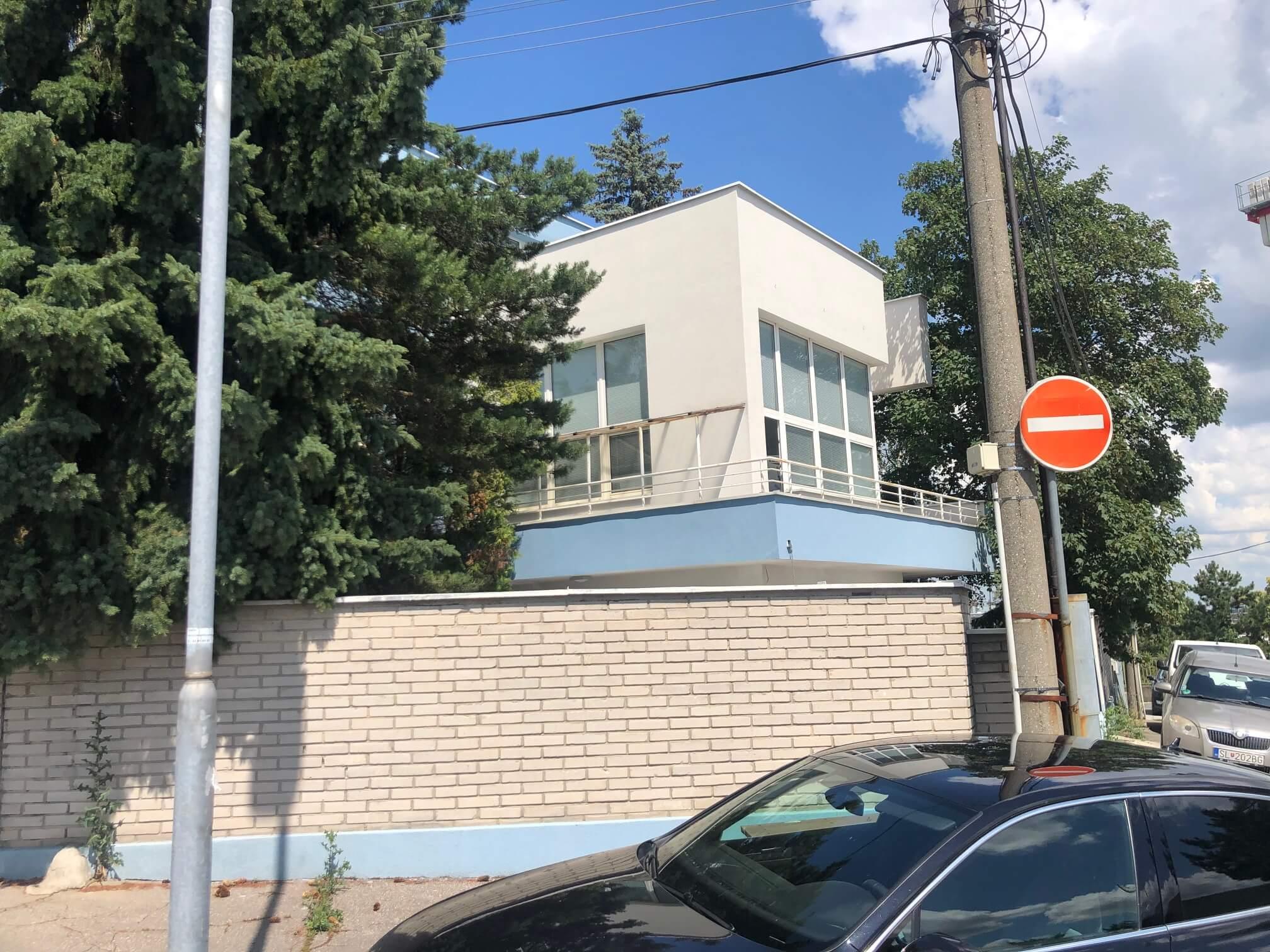 Troj podlažná budova s 10 kanceláriami, Riznerova ulica v Bratislave, nad hradom, úžitková 610m2-19