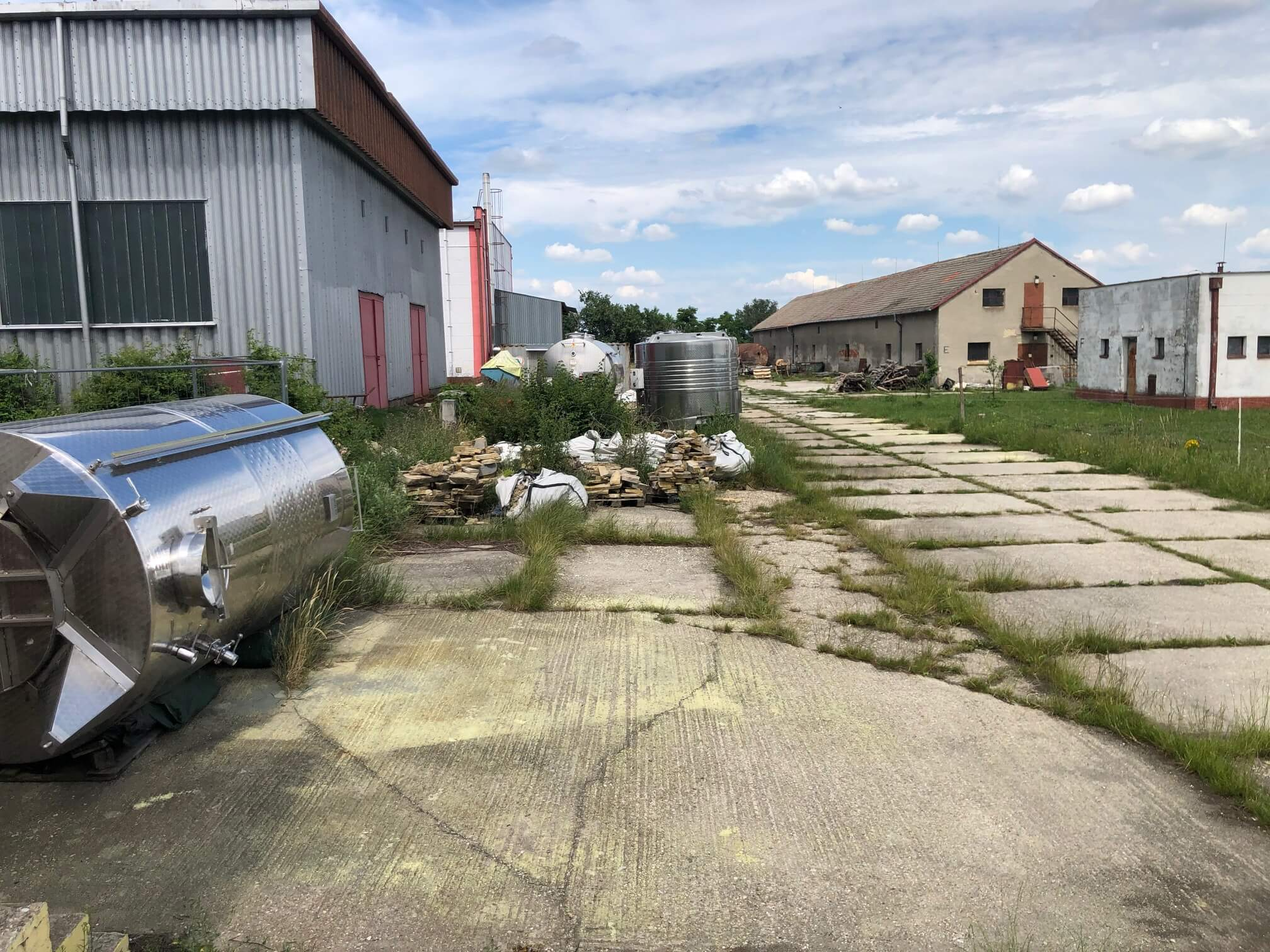 Veľkopriestorové sklady, garáže, pozemok 9000m2, sklady spolu 2045m2, Pezinská ulica Vinosady,-11