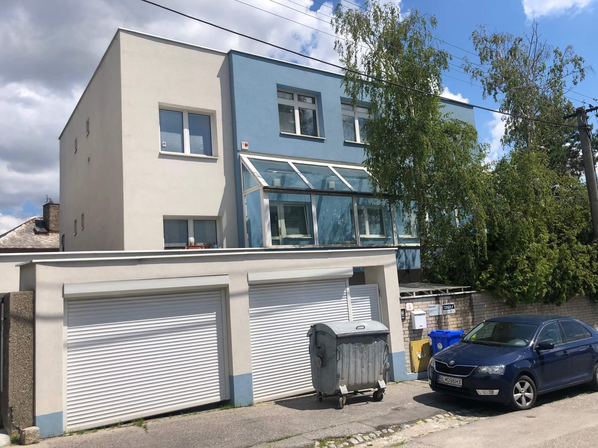 Troj podlažná budova s 10 kanceláriami, Riznerova ulica v Bratislave, nad hradom, úžitková 610m2-0
