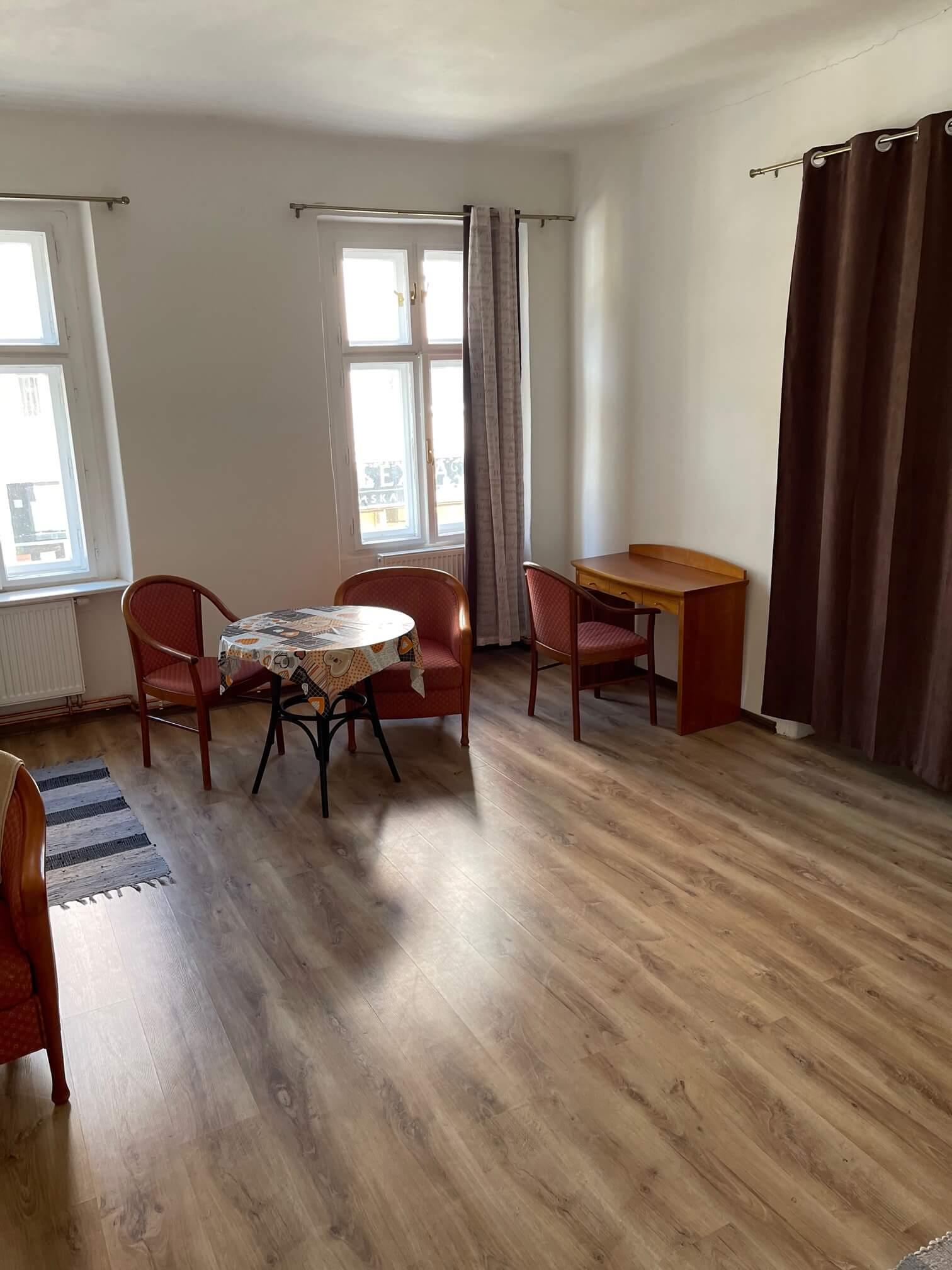Exkluzívne na prenájom 4 izbový byt,Centrum,Obchodná ulica 36, plocha 130m2,zariadený,aj jednotlivo izby-0