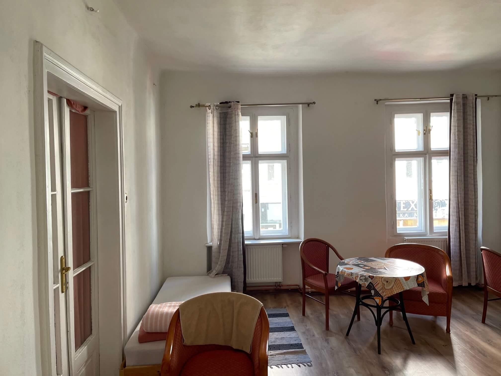 Exkluzívne na prenájom 4 izbový byt,Centrum,Obchodná ulica 36, plocha 130m2,zariadený,aj jednotlivo izby-2