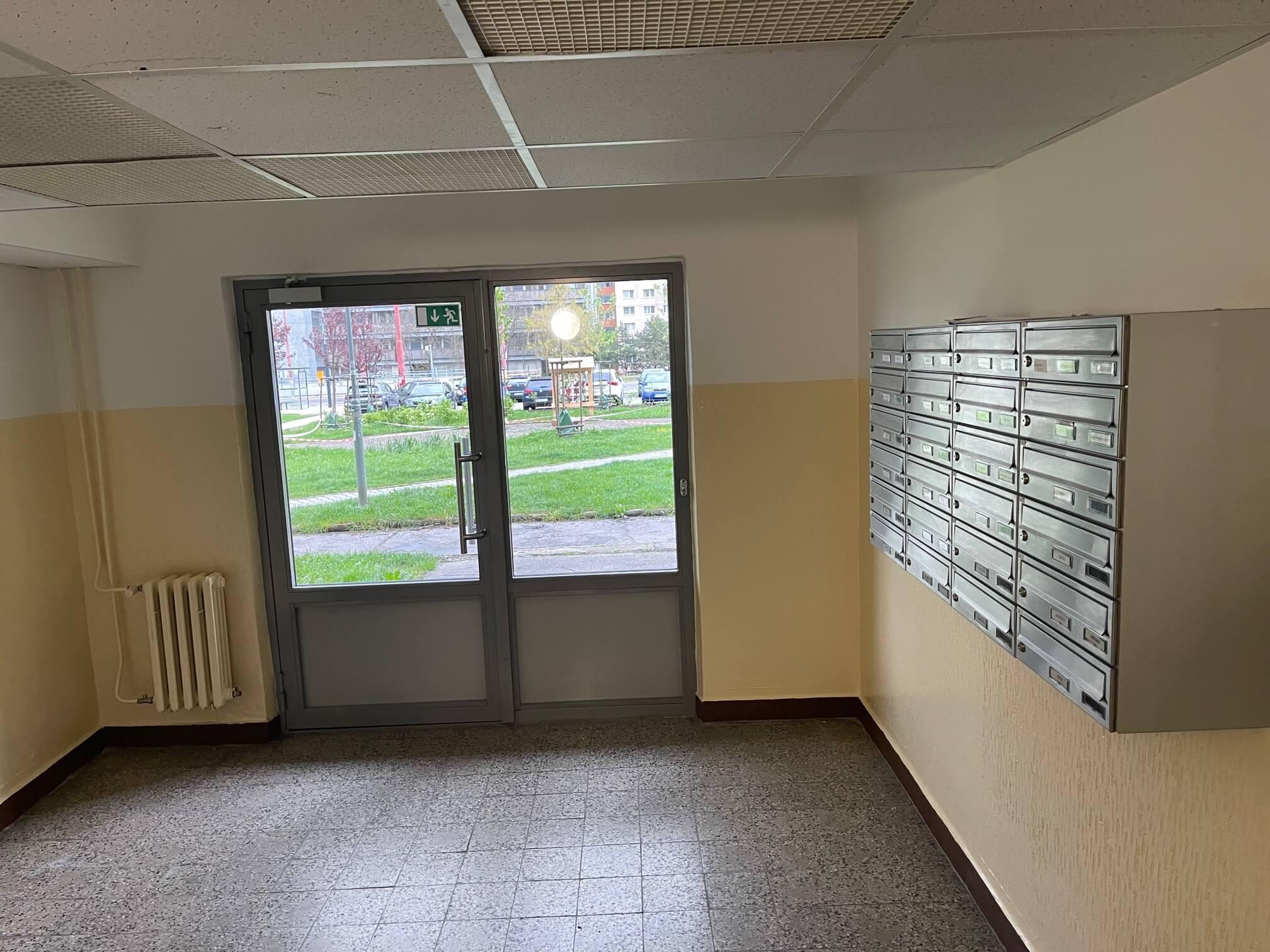 Exkluzívne na predaj zrekonštruovaný 2 izbový byt, 48m2, Fedáková 12, Dúbravka, pri OC Saratov-19